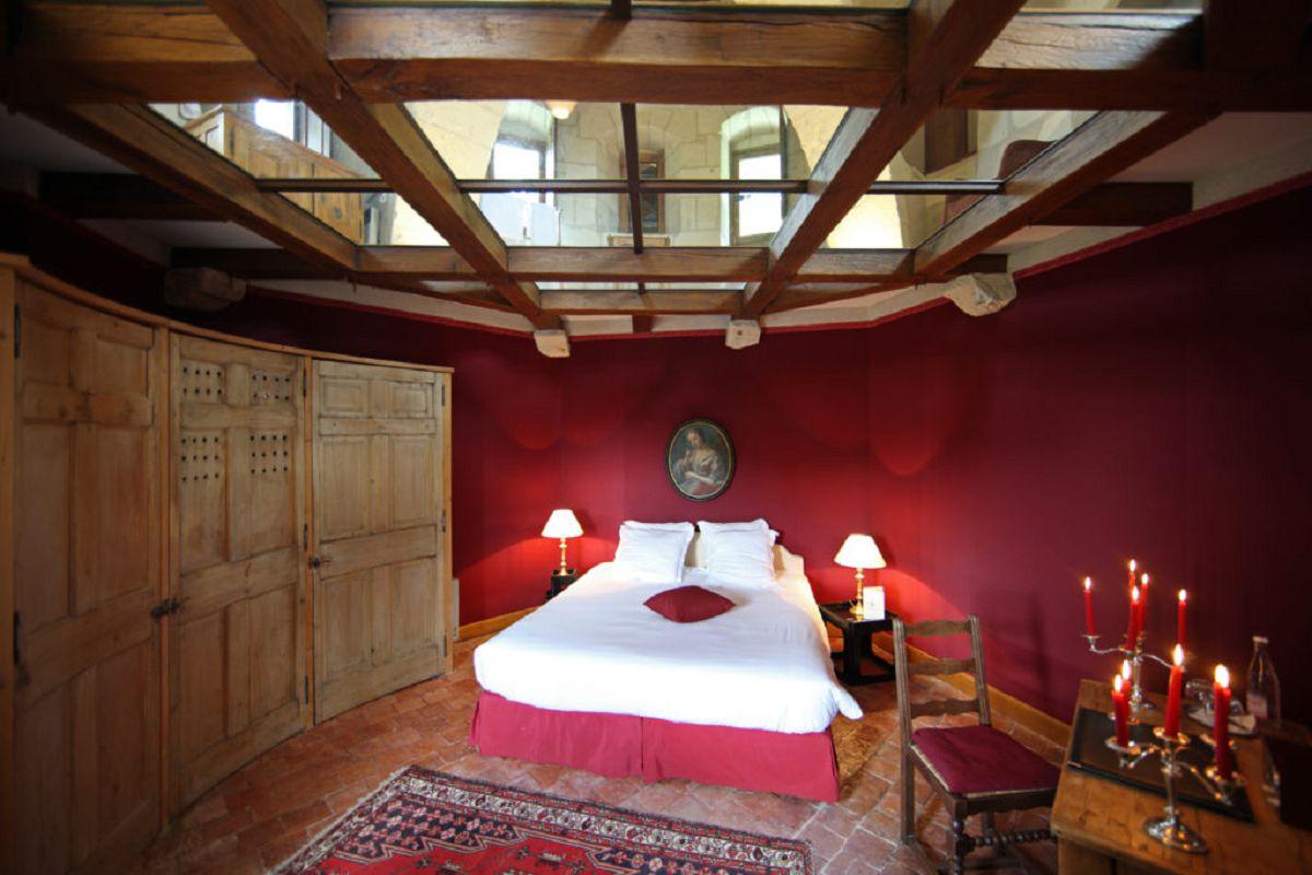 Suite Donjon - Vue sur la chambre et plafond de verre - Chateau de Chissay - Hotels Particuliers P. Savry