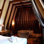 Suite Jacuzzi et la charpente au dessus du bain à remous - Chateau de Chissay - Hotels Particuliers (KP)